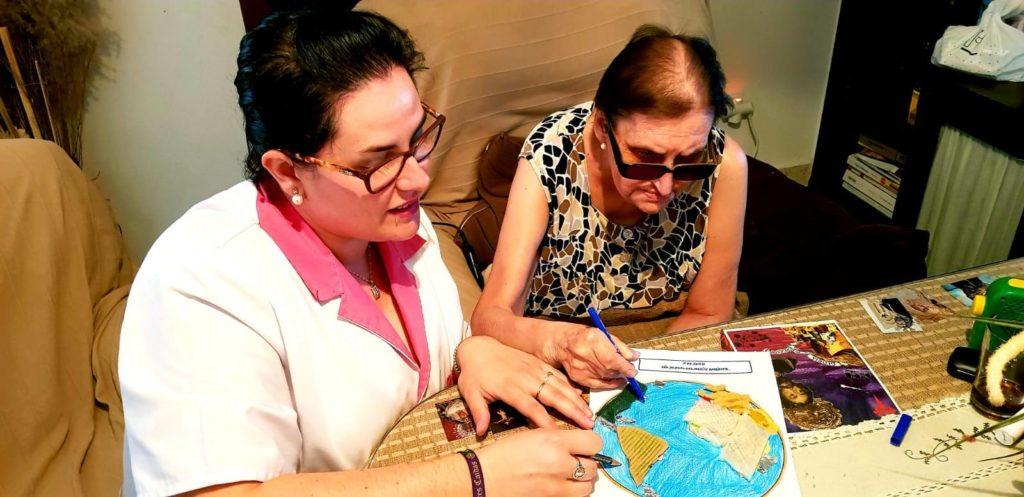 Una de las usuarias del SAD de Macrosad realizando una de las actividades propuestas para conmemorar el Día Mundial del Medio Ambiente