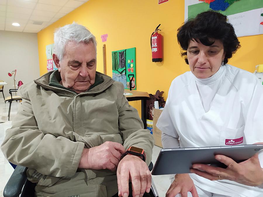 Persona cuidadora junto a una de las personas participantes en el proyecto FRAIL