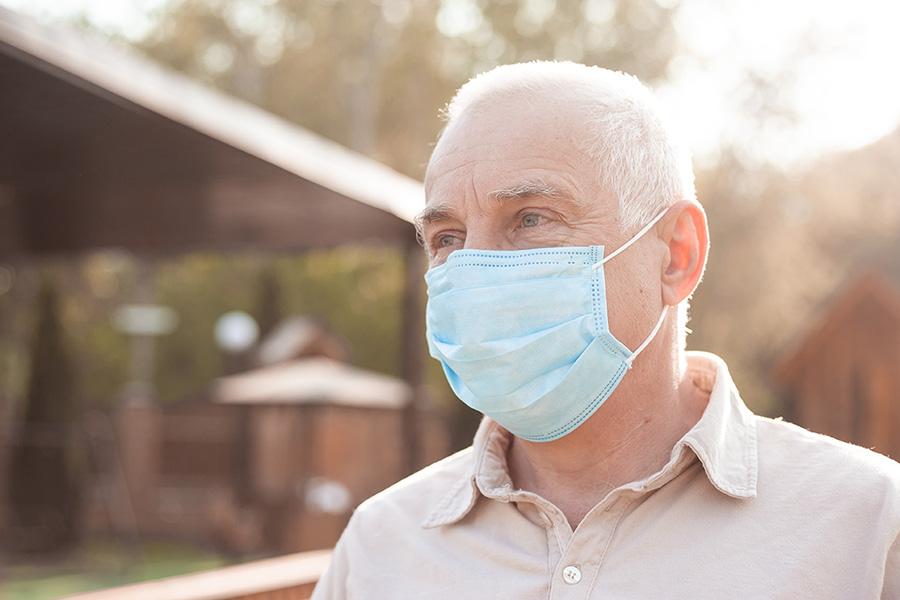 Mascarilla coronavirus persona mayor